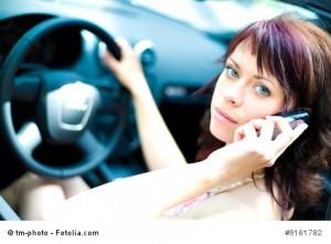 Telefonieren am Steuer während der Fahrt.